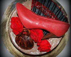 Gâteau sous le thème du flamenco avec soulier en chocolat Flamenco themed cake with chocolate shoe