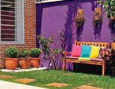 Muro arroxeado (Framboesa Silvestre, da Coral) e gramado verdinho: já viu combinação mais alegre? Deques marcam o caminho.