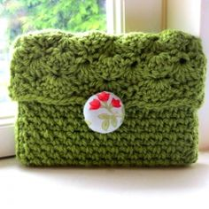 Pattern and tutorial for this simple, vintage inspired crochet clutch with fabric covered button. (can make a laptop cover)