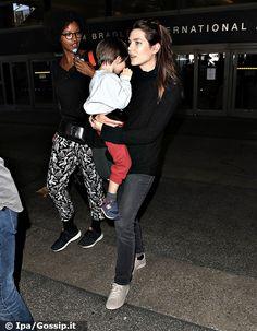 Charlotte Casiraghi, 31 anni, è stata paparazzata all'aeroporto di Los Angeles insieme al figlio Raphaël Elmaleh, 3 anni, nato dalla relazione con l'attore comico francese Gad Elmaleh...