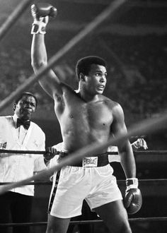Muhammad Ali was one of the most inspiring athletes in history. Here are 30 of the greatest Muhammad Ali quotes to inspire you to achieve your own goals. Laila Ali, Mohamed Ali, Kickboxing, Jiu Jitsu, Muay Thai, Foto Sport, Sting Like A Bee, Float Like A Butterfly, Sport Icon