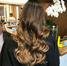 Balayage Hair Before After Brown Curls Bruenett Blonde Long Shiny Ombre Warm Shine Beachy Waves Lowlights Glow Golden credit jacksonnunesoficial ig Brazilian Salon