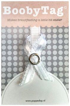 Deze mooie witte BoobyTag helpt je een handje bij borstvoeding - klip de BoobyTag aan het BH-bandje van de borst die je net gegeven hebt (of juist moet gaan geven) en je weet een paar uur later waar je moet beginnen. Zó handig, zeker tijdens de eerste, verstrooide weken van het geven van borstvoeding.