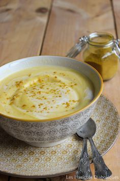 Velouté de chou fleur au curry et lait de coco Les ingrédients : (pour 6 personnes) – 1 petit chou-fleur – 3 carottes – 1 gousse d'ail – 3 cc de curry – 20cl de lait de coco – huile d'olive – sel