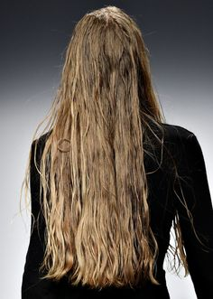 Everyone has a different hair color preference, but certainly the most sought-after color is the one and only: blonde. While going blonde might seem like the ideal hair color to choose for your nex… Fashion Gone Rouge, High Fashion, Images Instagram, Going Blonde, Messy Hairstyles, Blonde Hairstyles, Wet Hair, Grow Hair, Natural Looks
