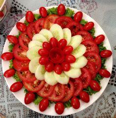 Salad of vegetables - Gebäck - Party Food Platters, Food Trays, Cheese Fruit Platters, Fruit And Vegetable Carving, Veggie Tray, Food Art For Kids, Food Carving, Food Garnishes, Garnishing