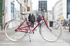 Das Creme Cycles Lady Caferacer 2015 in rot ist ein waschechtes Stadtfahrrad in einer besonders schönen 50er/60er Jahre Optik.