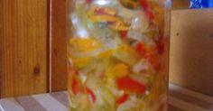 """Wszystko pokroić- pomidory w plasterki lub pół plasterki, ogórki w plasterki, paprykę w paseczki, cebulę w półplasterki lub ćwierćplasterki. Kapustę szatkujemy a marchew ścieramy na tarce jarzynowejo grubych oczkach. Wymieszać, posolić """"na oko"""" (około 2 łyżek), odstawić na 1 godzinkę.Odcedzić powstały sok. Wrzucić wszystko na"""