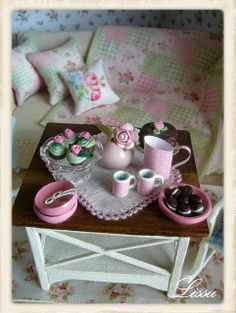Shabby Chic Green Cottage ❤ by Lissus dollhouse Vitrine Miniature, Miniature Rooms, Miniature Furniture, Dollhouse Furniture, Barbie Furniture, Miniature Houses, Shabby Chic Green, Shabby Chic Style, Dream Doll