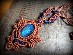 ブルーのシラー(閃光)が美しいカナダ産のブラドライトを使用したデザインネックレスです^^一編み一編み丁寧に時間をかけて手編み製作しています。アメジストのビーズも装飾に使用されさりげなく凝ったデザインで…