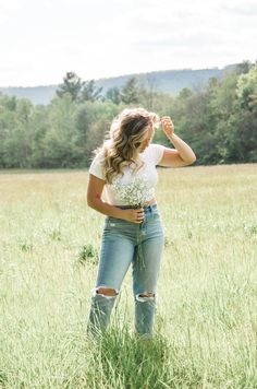 photo, picture ideas, poses, field pictures, outfit inspo, blonde balayage, baby's breath, photoshoot inspo, summer