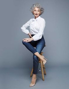 Get all the LATEST NEWS news from Uno models. With offices in Barcelona & Madrid. We represent international models, men and women as well as personalities. Stylish Older Women, Older Women Fashion, Fashion Over 50, Fashion Looks, Grey Curly Hair, Curly Hair Styles, Look Formal, Classic White Shirt, Advanced Style