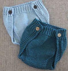 Længe ventet opskrift på et par nemme og anvendelige blebukser, lukket enten med velcro eller med knapper. Hurtigt strikket på pinde 6, her i ren uld.