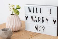 """""""Will u marry me?"""" Caja de luz o lightbox tamaño A5 para personalizar mensajes con 85 letras y símbolos ya está disponible en R Diseño Shop (www.rdiseno.es/shop). ¡Se acabó dejar las notas importantes en la nevera! A Little Lovely Company, Marquee Lights, Marry Me, Lettering, Deco, Lightbox Quotes, Inspiration, Letter Board, Frases"""
