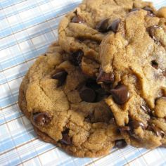 All natural low carb chocolate chip cookies with just 1 net carb! Easy to make and tastes delicious! Chocolate Chip Cookies Allrecipes, Vegan Oatmeal Cookies, Low Carb Chocolate Chip Cookies, Choco Chips, Oatmeal Chocolate Chip Cookies, Vegan Chocolate, Vegan Sweets, Vegan Food, Vegan Desserts