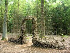 ドイツ人アーティストのコーネリア・コンラッドは、世界中の公共スペース、野外彫刻やプライベートガーデンで、重力に逆らった不思議な世界