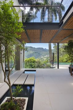 A relaxing pool house in Rio de Janeiro, Brazil Home design lovers, Yard Design, House Design, Design Exterior, Beverly Hills Houses, Mountain Homes, House Entrance, Modern Landscaping, Pool Landscaping, Dream Home Design