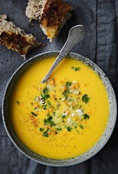 Lav en skøn og lunende græskarsuppe smækfyldt med smag og dejlig kylling.