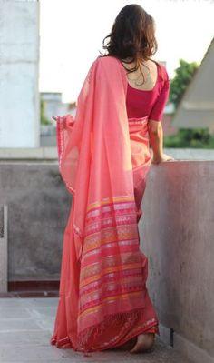 Varanasi is world famous for its silk sarees Weaving Banarasi saris is a traditional art since ancient times. Indian Photoshoot, Saree Photoshoot, Saris, Saree Poses, Simple Sarees, Stylish Sarees, Saree Look, Traditional Sarees, Traditional Art