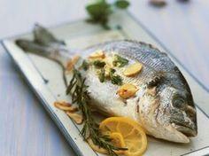 Goldbrasse mit Knoblauch, Kräutern und Zitrone ist ein Rezept mit frischen Zutaten aus der Kategorie Meerwasserfisch. Probieren Sie dieses und weitere Rezepte von EAT SMARTER!
