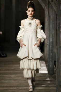 Chanel Linlithgow - Pre-Fall 2013 2014 - Shows - Vogue. Haute Couture Style, Couture Mode, Couture Fashion, Runway Fashion, Womens Fashion, Image Fashion, Fashion Details, Fashion Design, Fashion Week