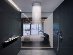 salle de bains design avec douche encastrée au plafond à effet pluie
