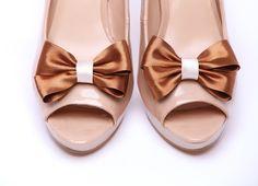 Klipsy do butów - satynowe kokardki, idealne do ślubu! Do kupienia w sklepie internetowym Madame Allure.  #klipsydobutów #ozdobydobutów #kokardki #ślub #madameallure