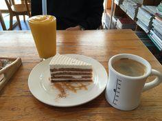 내가 정말 좋아하는 카페 동네 커피 망고슬러쉬도 알찬느낌 :) 케익은 마망갸또 당근케익!! 좋아하는것 다모엿다 ~