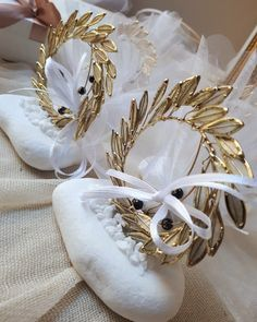 Μεταλλικό στεφάνι ελιάς από φιλντισι πάνω σε βότσαλο!valentina-christina.gr πρωτότυπες ιδιαίτερες μπομπονιέρες γάμου καλεστε 2105157506 Baptism Favors, Wedding Favours, Wedding Inspiration, Wedding Ideas, Greek Wedding, General Crafts, Unique Weddings, Awesome, Party