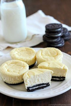 Mini Cheesecakes with an Oreo crust! This lighter recipe is absolutely delicious and super easy to make. Only a few ingredients & whipped up in a matter of minutes. With less calories than a regular cheesecake + built-in portion control with the muffin ti Mini Desserts, Easy Desserts, Delicious Desserts, Yummy Food, Oreo Crust Cheesecake, Cheesecake Recipes, Light Cheesecake, Baking Recipes, Cookie Recipes