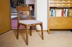 La silla Elsa tiene un estilo vintage con su madera maciza y sus patas compás.