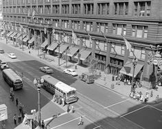 PHOTO - CHICAGO - STATE STREET - AERIAL - LOOKING NE FROM OVER WASHINGTON - BUSES - NEWS STAND - MARSHALL FIELDS - OLD STREET LIGHTS - MID TO LATE 1950s