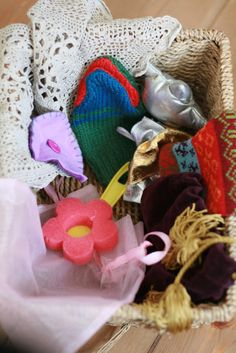 Textiles basket: A piece of crochet Knitted gloves and puppet Velvet bag with silk tassels Sponge Netting Felt Ribbon Shiny fabric Toddler Play, Baby Play, Baby Toys, Infant Play, Toddler Stuff, Toddler Preschool, Play Based Learning, Baby Learning, Infant Activities