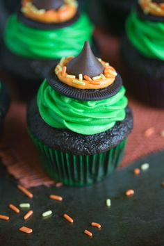 Witch Hat Cupcakes Witch Hat Cupcakes that take just 5 ingredients to make! You kids will love helping you make these fun and easy Halloween cupcakes! Witch Hat Cupcakes RECIPE available here > Tas Muffin Halloween, Menu Halloween, Bolo Halloween, Pasteles Halloween, Halloween Cupcakes Easy, Creepy Halloween, Halloween Carnival, Halloween Cup Cakes Ideas, Halloween Class Treats