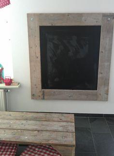 Steigerhouten schoolbord. MDF plaat met schoolbord verf beschilderd en daarna vier steigerhouten planken erom heen gemaakt. Flat Screen, Wood, Diy, Home Decor, Future, Ideas, Blood Plasma, Decoration Home, Future Tense