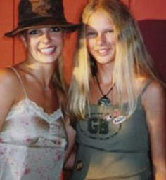 britney graciously posing with a young fan. (yes that's taylor swift that's the joke) Taylor Swift Childhood, Young Taylor Swift, Taylor Swift Fan, Taylor Swift Pictures, Taylor Alison Swift, Britney Spears Oops, Britney Spears Pictures, Britney Spears Young, Rare Pictures