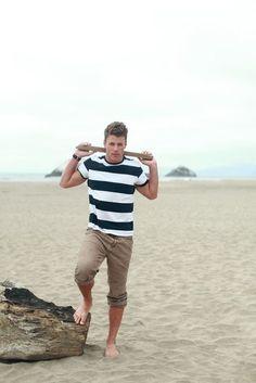 Den Look kaufen:  https://lookastic.de/herrenmode/wie-kombinieren/weisses-und-schwarzes-horizontal-gestreiftes-t-shirt-mit-rundhalsausschnitt-braune-jeans-schwarze-lederuhr/12421  — Weißes und schwarzes horizontal gestreiftes T-Shirt mit Rundhalsausschnitt  — Braune Jeans  — Schwarze Lederuhr
