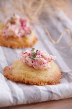 Cookies de parmesan et leur beurre de radis  http://noviceencuisine.over-blog.com/article-cookies-au-parmesan-et-leur-beurre-de-radis-121587410.html