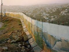 Al Otro Lado: La vida en Palestina dividida por el muro israelí es un documental que presenta la extrema situación de los palestinos que tienen que vivir con un