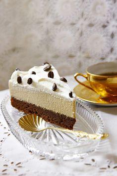 Kávé mousse torta Tömény étcsokoládés alapra egy könnyed, főzött eszpresszóból készült kávémousse kerül, amit egy vékony réteg házi tejszínhab koronáz meg. A tetejét kávészemekkel megszórjuk, amit az igazi kávékedvelők szívesen elropogtatnak.  Budapest Neked Cake Mousse, Cake Cookies, Vanilla Cake, Tiramisu, Fondant, Tart, Wedding Cakes, Birthday Cake, Pie