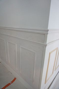 Bröstpanel och stuckatur | Bisse Blogg Wainscoting Wall, Wall Molding, Moulding, Wood Trim, Wall Design, Interior And Exterior, Decoration, Luxury Homes, Building A House