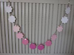 Ombre paper flower garland/banner --- Papieren bloemen slinger in ombre roze geregen op natuurlijk touw --- Babykamer slinger, bruiloft slingers of feest decoratie