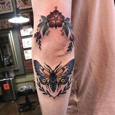 Very swollen elbow tattoos from a while back. Very swollen elbow tattoos from a while back. Very swollen elbow tattoos from a while back. Tattoo Platzierung, Knee Tattoo, Hand Tattoo, Tattoo Hals, Tattoo Motive, Piercing Tattoo, Body Art Tattoos, Tattoo Symbols, Elbow Tattoos