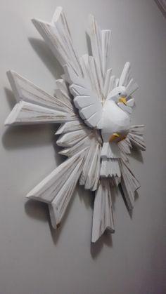 Divino Espírito Santo com Resplendor uma camada, Patinado com detalhes em dourado, medindo 50 cm de diâmetro.    Painel feito em madeira de demolição, com uma camada!  Uma linda peça de decoração!  Temos em outros tamanhos e modelos, confira em nossa página!