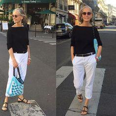 tenue parfaite à un certain age : jean blanc + tee shirt décolleté bateau ou en V , chaussures plates nus-pieds ou ballerines :intemporel pour se sentir à l'aise partout