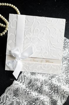 Προσκλητήριο γάμου με ανάγλυφο σχέδιο και σατέν φιόγκο Something Borrowed, Something Old, Blue