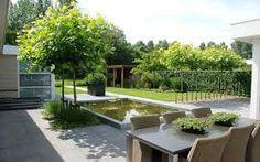 Tijdloze tuin bij moderne woning witte tuinmuur villa strakke tuinontwerp villatuin hortensia s - Bassin tuin ontwerp ...