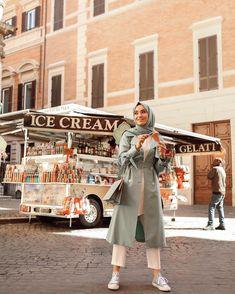 Image may contain: 1 person, standing and outdoor Stylish Hijab, Modern Hijab, Casual Hijab Outfit, Hijab Chic, Abaya Fashion, Muslim Fashion, Modest Fashion, Fashion Outfits, Fashion Muslimah