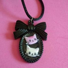 Collana con ciondolo cammeo in resina con musetti di gattini #cats #kawaii #black #pink #rockabilly #pinup #goth #sweet