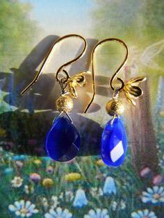 Disse øreringe af forgyldt sølv og blå agat er inspireret af blomster eng og det blå hav. Jeg sidder ved havet, tænker på at sejle, komme ud at rejse og da jeg efterfølgende er i mit værksted hos ann wei design, falder blikket på disse smukke sten, og jeg husker havet. 175,00 kr. Se mere på www.annweidesign.dk